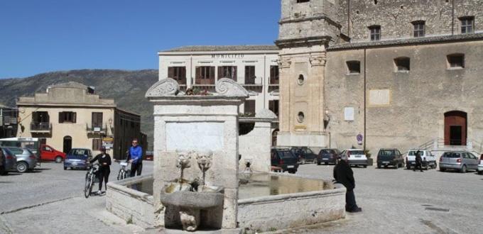 Palazzo Adriano, Piazza Umberto I